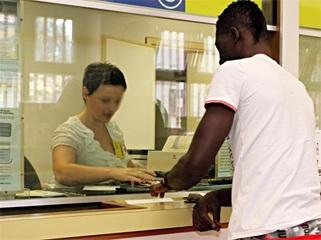 Impiegato postale intascava i soldi dei permessi di soggiorno